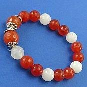 دستبند جید قرمز و سفید طرح محبوب زنانه