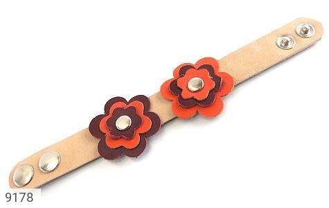 عکس دستبند چرم طبیعی طرح دو گل درشت دست دوز زنانه