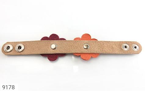 تصویر دستبند چرم طبیعی طرح دو گل درشت دست دوز زنانه - شماره 2
