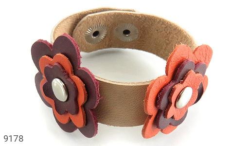 تصویر دستبند چرم طبیعی طرح دو گل درشت دست دوز زنانه - شماره 3