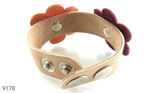عکس دستبند چرم طبیعی طرح دو گل درشت دست دوز زنانه - شماره 4