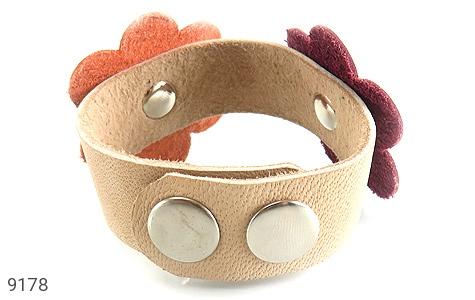 عکس دستبند چرم طبیعی طرح دو گل درشت دست دوز زنانه - شماره 5