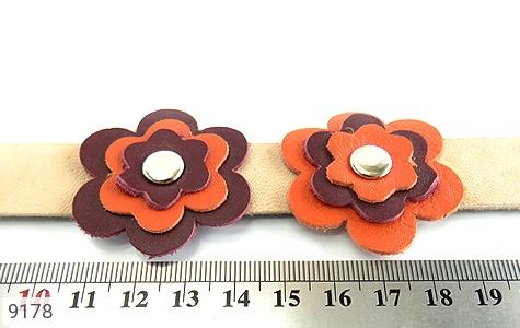 تصویر دستبند چرم طبیعی طرح دو گل درشت دست دوز زنانه - شماره 6