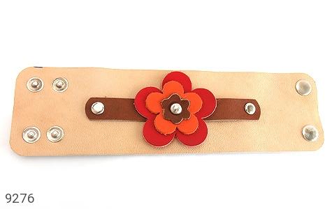 عکس دستبند چرم طبیعی طرح گل درشت پهن زنانه