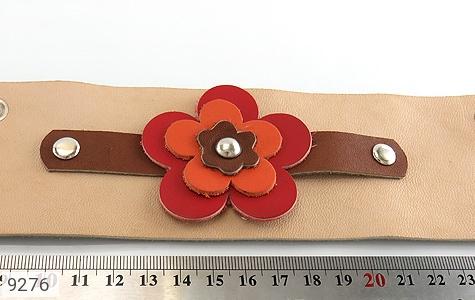 تصویر دستبند چرم طبیعی طرح گل درشت پهن زنانه - شماره 6