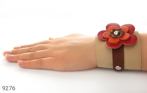 عکس دستبند چرم طبیعی طرح گل درشت پهن زنانه - شماره 7