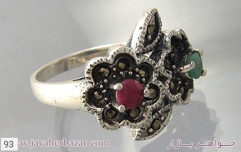 عکس انگشتر نقره زمرد و یاقوت حدید طرح گل زنانه